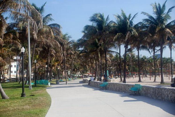 Sur le boardwalk le long de la plage à Miami