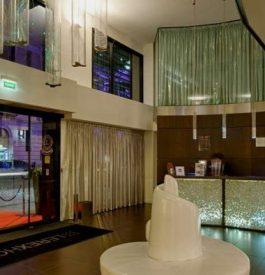 Dans le hall d'entrée au Rex Hôtel, un hôtel design au cœur des Pyrénées