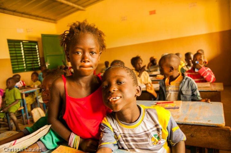 Un voyage en Afrique : des enfants dans une école