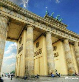 Contempler la porte de Bradenbourg à Berlin