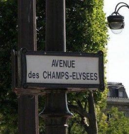 Contempler les vitrines de l'avenue des Champs Elysées