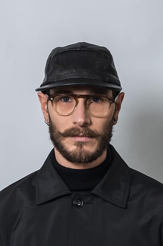 Une casquette noire avec Neypo