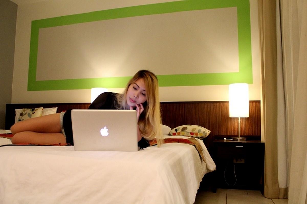 Keyta Hawkins dans une chambre d'hôtel