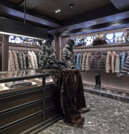 Shopping dans la boutique Moncler à Paris