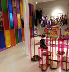 Dans la boutique Manish Arora à Paris