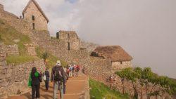 Les nuages disparaissent d'un coup et laissent apparaitre un village, le village sacré du Machu Picchu