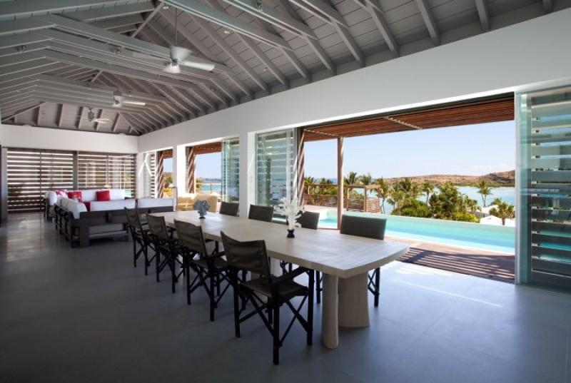 Espace cuisine et salon avec vue sur la piscine à Saint Barthélémy au Sereno Saint Barth