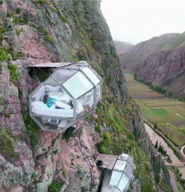 Dormir accrochée à une falaise au Pérou