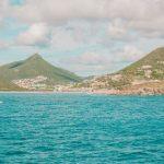Saint Marteen à l'horizon dans les Caraîbes