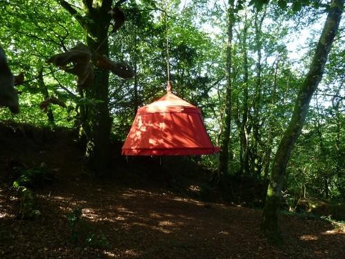Hébergement insolite - tente suspendue dans le vide