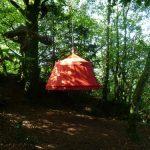 Une tente suspendue dans le vide