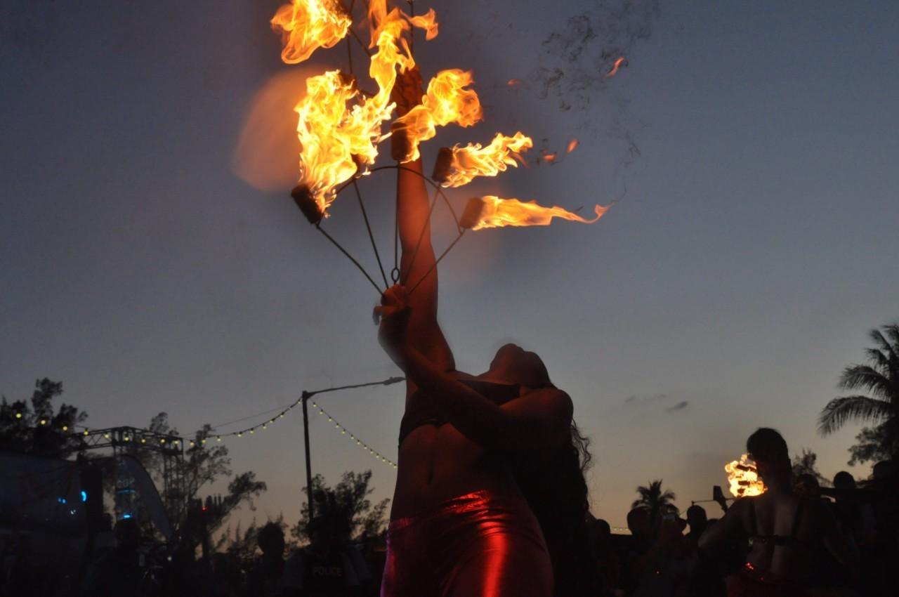 Danseuse de feu lors du plus gros carnaval des Caraïbes