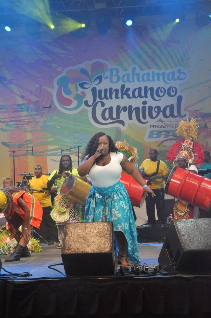 Une chanteuse au Junkanoo Carnaval