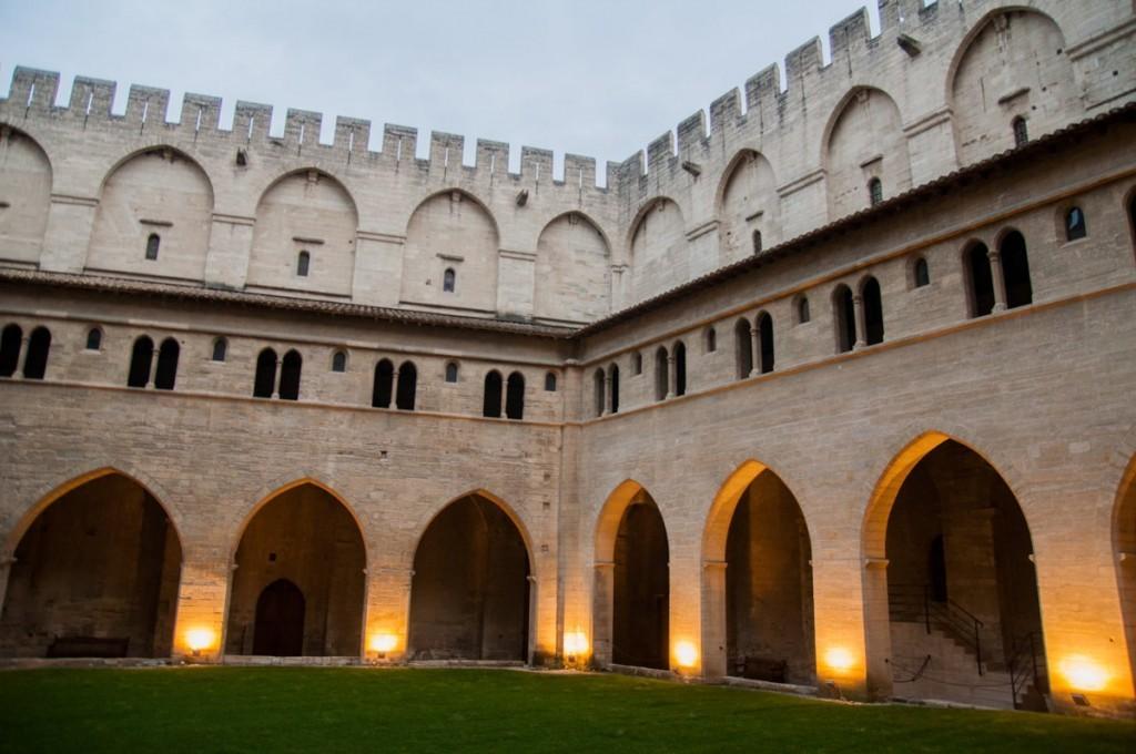 Dans les cours intérieures à Avignon dans le #DivinVaucluse