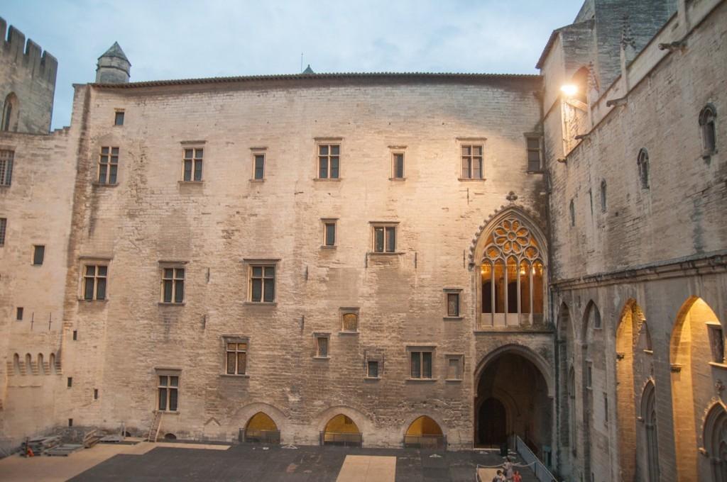 Dans la cour du Palais des Papes à Avignon