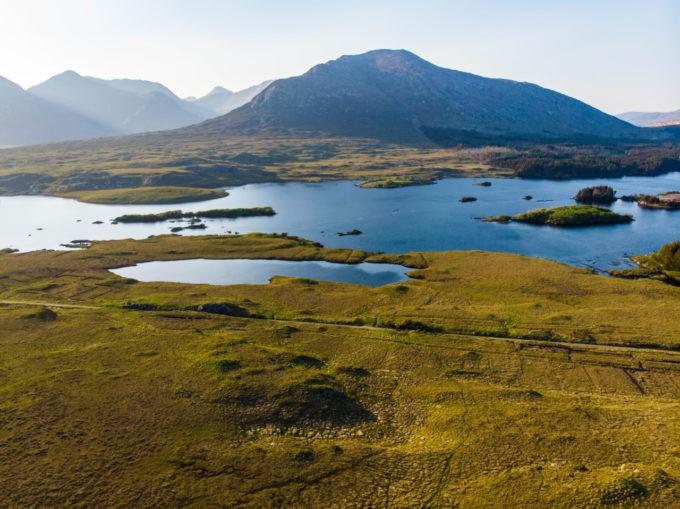 Découvrir des paysages sublimes dans les lacs du Connemara, la lumière change souvent.