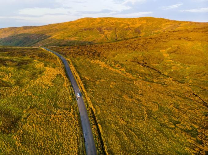 Prendre la route et passer par des endroits mystérieux dans les lacs du Connemara en Irlande