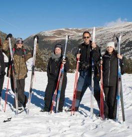 Tenter de s'initier au ski