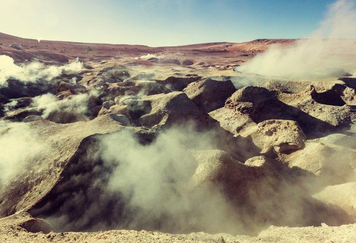 De la fumée s'échappe des geysers Sol de Manana en Bolivie