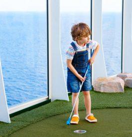 Un enfant jouant au mini golf sur un paquebot en croisière
