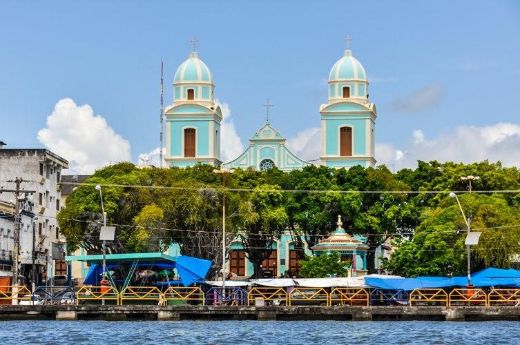 La cathédrale de Santarem au loin