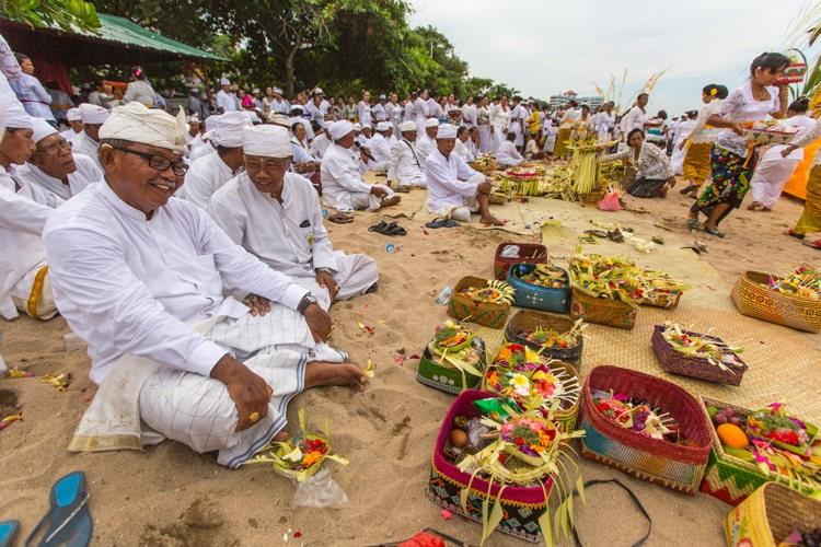 Les hommes de la cérémonie Melasti