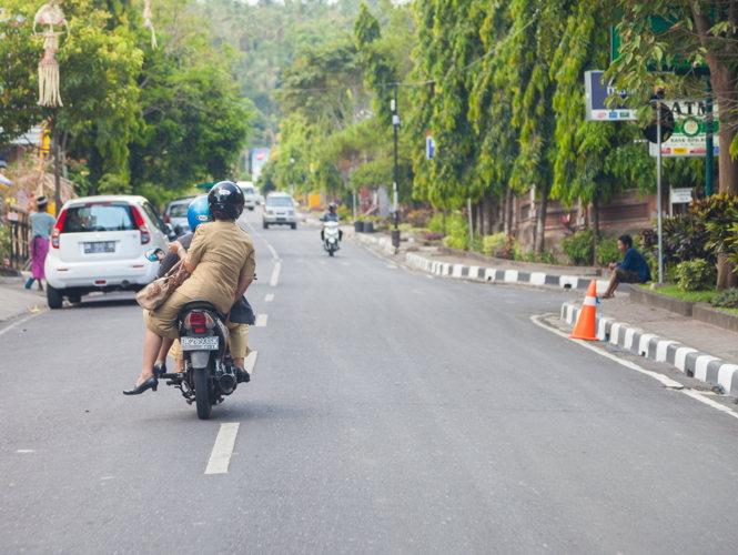 Tout le monde roule en scooter à Bali