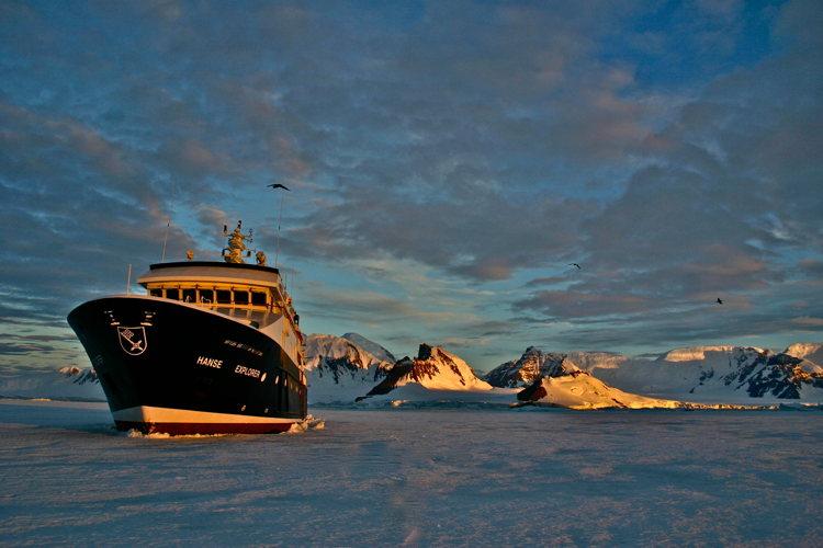 Le paquebot immense et ultra luxe vogue en Antartique