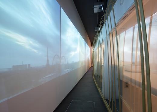 Dans le couloir du Six Senses à Paris