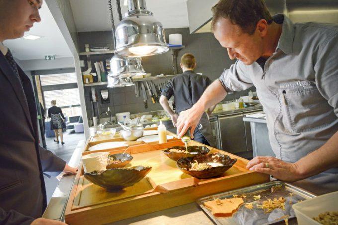 Le chef étoilé Franck Reminel en action