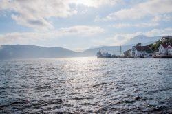 Longer les fjords le long de la mer