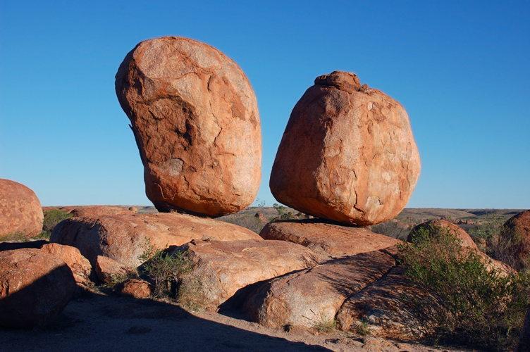 Les deux gros rochers de Devil's Marbles
