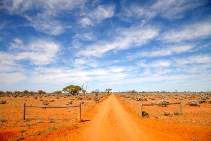 Sur les routes en Australie et les chemins poussiéreux