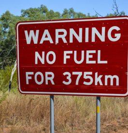 Des panneaux d'apocalypse sur la route vers Alice Springs