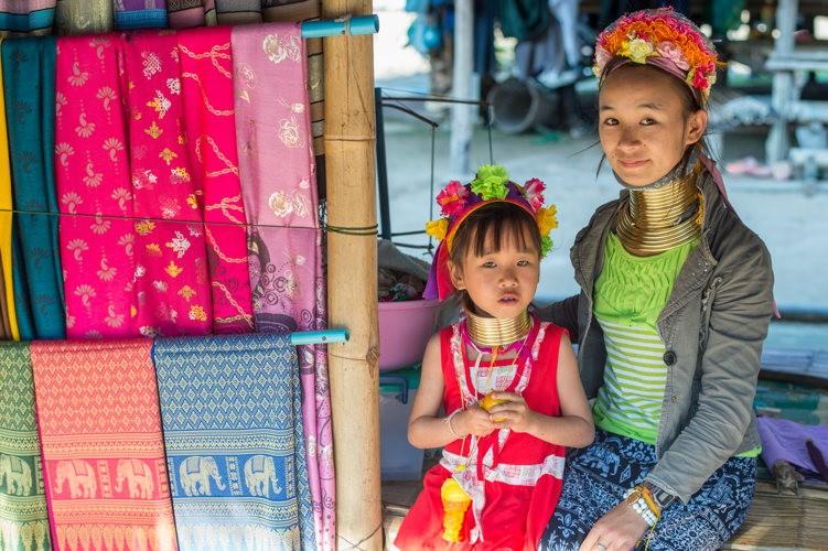 Une femme girafe et sa fille en Thaïlande