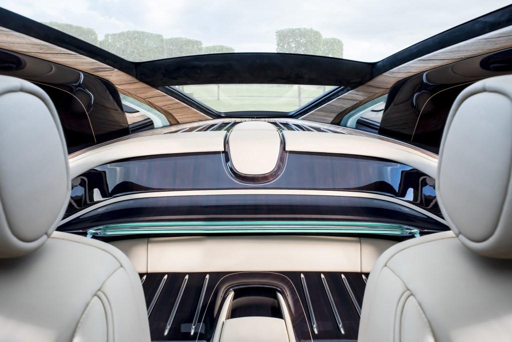 A l'intérieur de la Rolls Royce