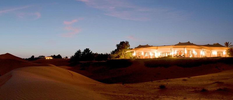 Dormir dans le désert des dunes de sable à Dubaï