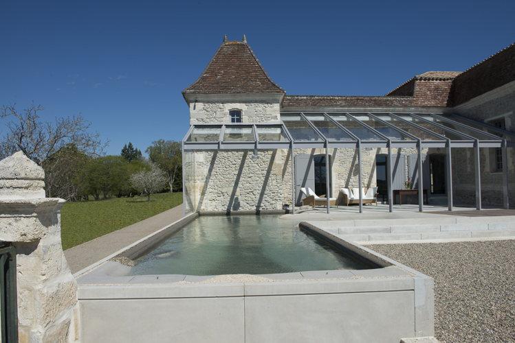 Piscine et terrasse du Château Prieuré Marquet