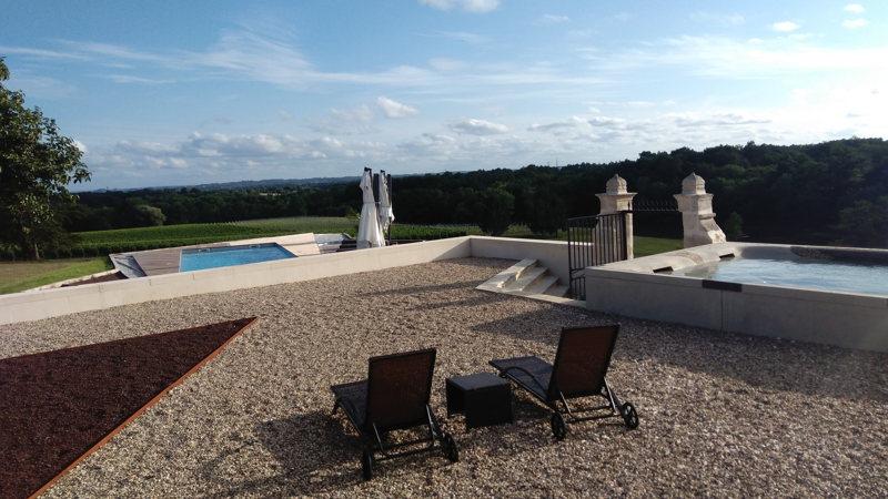 Les deux piscines du Château Prieuré Marquet