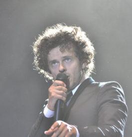 Michael Grégorio mi-chanteur, mi-comique
