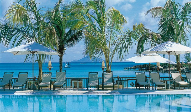 Piscine et plage à l'hôtel Lux Resorts au Grand Gaube à l'île Maurice