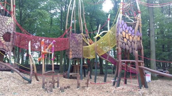 La forêt envoûtante avec ses jeux entre les arbres et ses cabanes