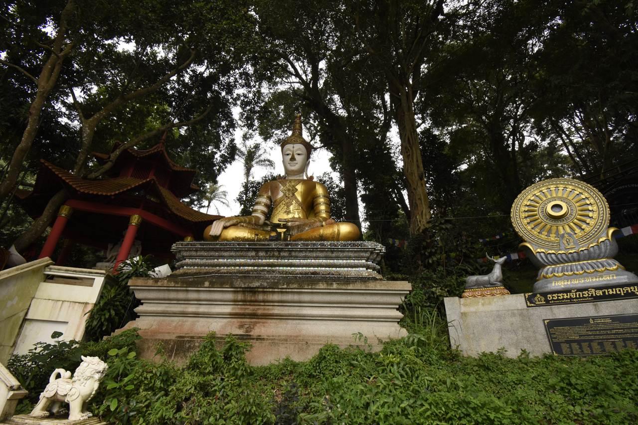 Le Buddha du temple à côté de Chiang Mai