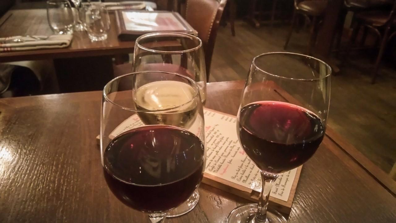 Trinquons avec un verre de St Emilion super bon
