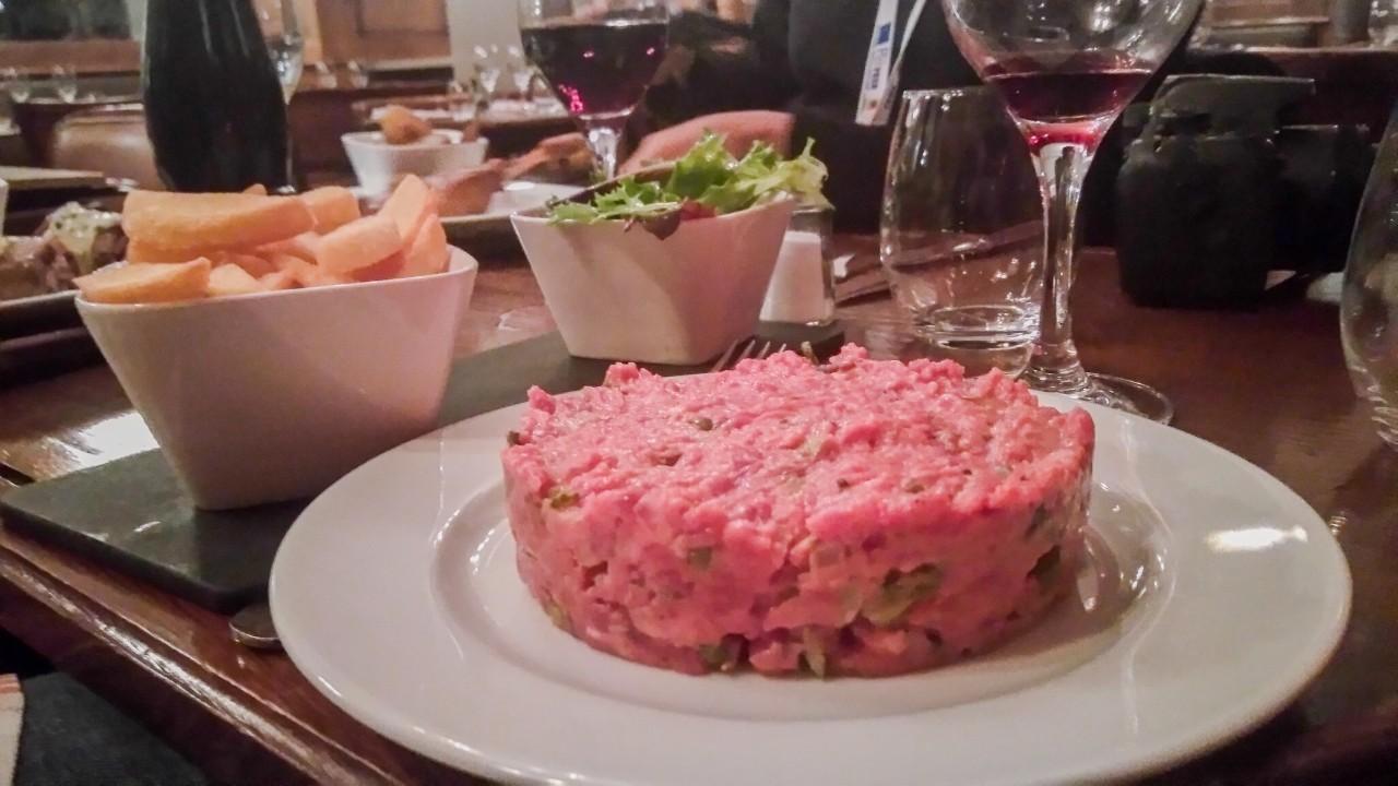 Un steak tartare avec des câpres à l'A.O.C à Paris