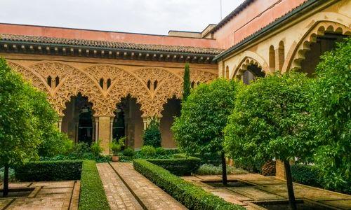 Dans le jardin du palais de l'Aljaferia à Sarragosse