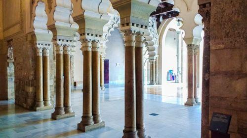 Dans le jardin du palais de l'Aljaferia à Sarragosse à voir