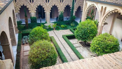 Dans le jardin du palais de l'Aljaferia à Sarragosse à apprécier