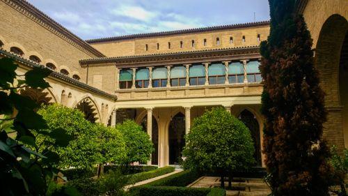 Dans le jardin du palais de l'Aljaferia à Sarragosse à découvrir
