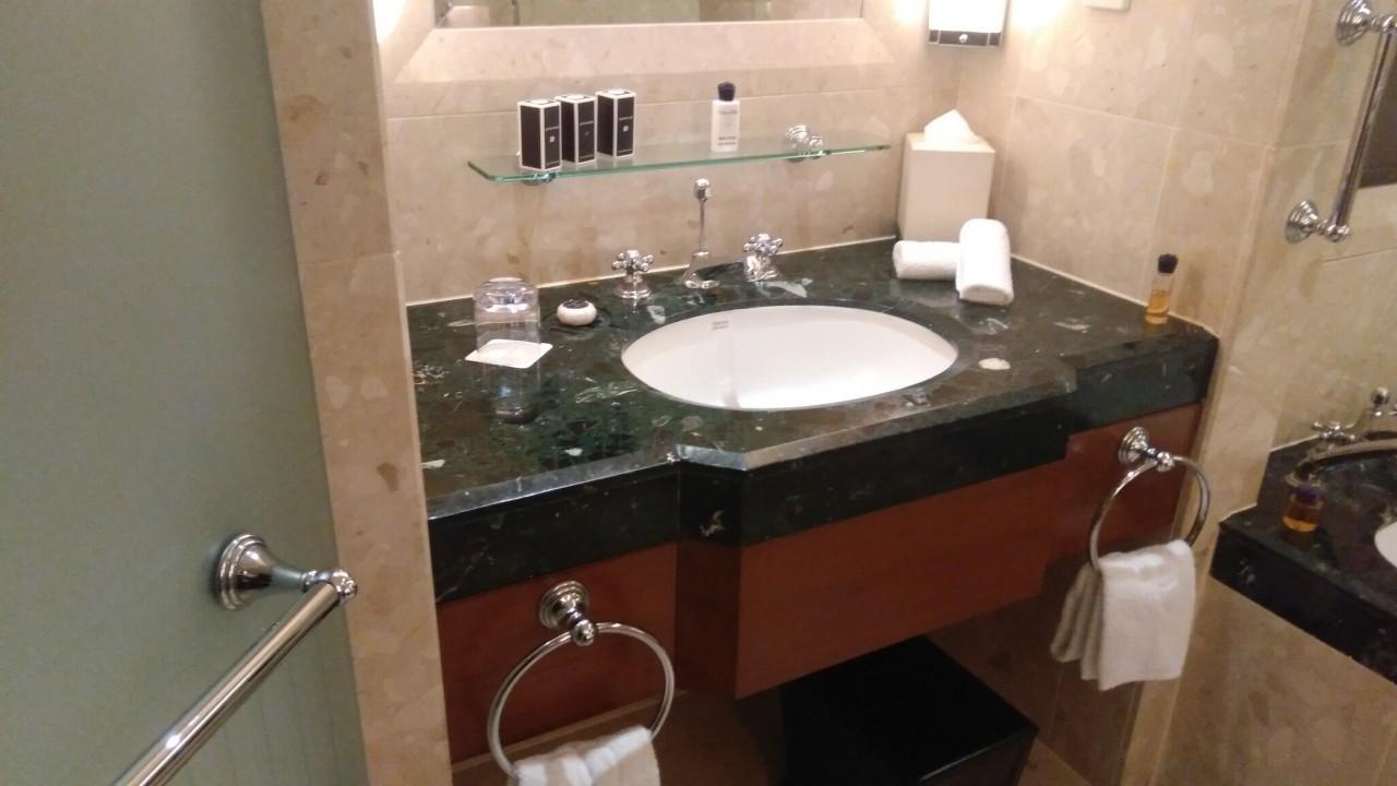 Dans la salle de bain du Péninsula à Bangkok